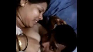 Desi bhabhi ke boobs chuse