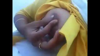 Bangalore ki bhabhi ne webcam par chuchi dabai